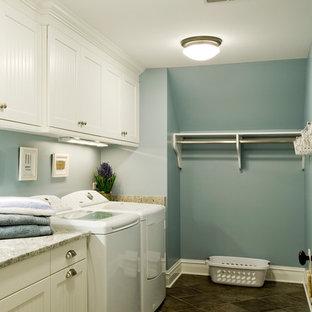 Ispirazione per una grande sala lavanderia tradizionale con lavello sottopiano, ante bianche, top in granito, pareti blu, pavimento con piastrelle in ceramica, lavatrice e asciugatrice affiancate e ante con riquadro incassato
