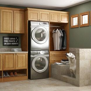 Immagine di una sala lavanderia chic di medie dimensioni con lavello sottopiano, ante con bugna sagomata, top in laminato, pareti verdi, pavimento con piastrelle in ceramica, lavatrice e asciugatrice a colonna, pavimento beige e ante in legno scuro