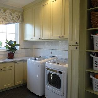 Idéer för en mellanstor lantlig l-formad tvättstuga enbart för tvätt, med en undermonterad diskho, skåp i shakerstil, en tvättmaskin och torktumlare bredvid varandra och gula skåp