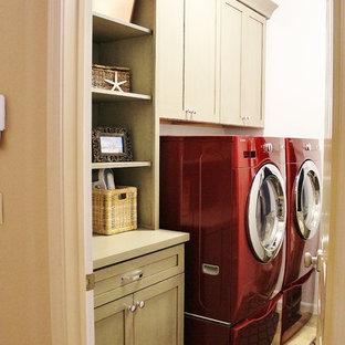 Idee per una piccola sala lavanderia stile marino con ante in stile shaker, top in quarzo composito, pareti bianche, pavimento in gres porcellanato, lavatrice e asciugatrice affiancate e ante grigie