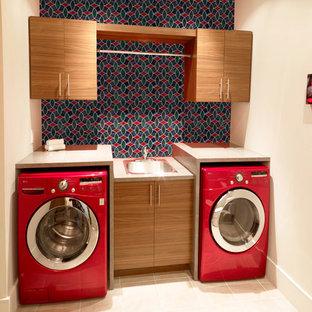 На фото: отдельная, п-образная прачечная среднего размера в стиле модернизм с одинарной раковиной, коричневыми фасадами, столешницей терраццо, полом из керамогранита, с сушильной машиной на стиральной машине, бежевым полом, бежевой столешницей, фасадами с декоративным кантом и красными стенами