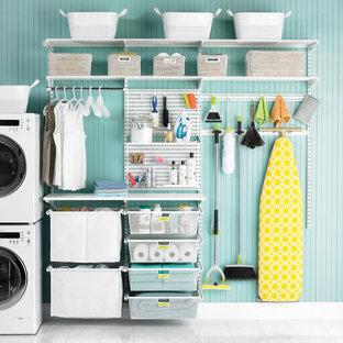 Bild på en amerikansk tvättstuga, med laminatbänkskiva, blå väggar och klinkergolv i keramik
