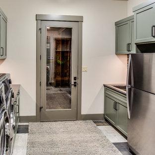 Idee per una sala lavanderia american style di medie dimensioni con ante in stile shaker, ante verdi, top in saponaria, pareti beige, pavimento con piastrelle in ceramica e lavatrice e asciugatrice affiancate