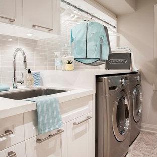Idéer för att renovera en mellanstor vintage linjär tvättstuga enbart för tvätt, med en undermonterad diskho, skåp i shakerstil, vita skåp, bänkskiva i kvarts, grå väggar, marmorgolv, en tvättmaskin och torktumlare bredvid varandra och beiget golv