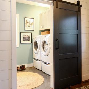 Inspiration för mellanstora klassiska linjära brunt grovkök, med öppna hyllor, vita skåp, träbänkskiva, blå väggar, klinkergolv i porslin, en tvättmaskin och torktumlare bredvid varandra och grått golv