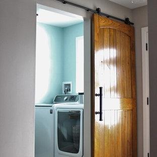 Idee per una piccola sala lavanderia industriale con top in laminato, pareti blu, pavimento in travertino, lavatrice e asciugatrice affiancate, ante in stile shaker e ante bianche