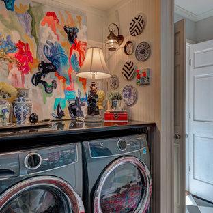 Ispirazione per una piccola lavanderia multiuso tradizionale con top in granito, top nero e pannellatura