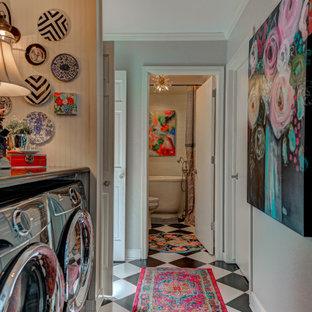 Ispirazione per una piccola lavanderia multiuso chic con top in granito, top nero e pannellatura