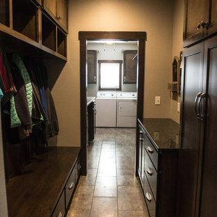 Foto di una sala lavanderia chic di medie dimensioni con lavello sottopiano, ante lisce, ante in legno scuro, top in granito, pareti grigie, pavimento in vinile e lavatrice e asciugatrice affiancate