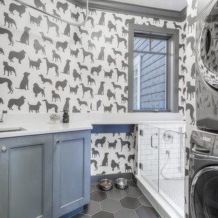 Bild på ett mellanstort vintage l-format grovkök, med en undermonterad diskho, skåp i shakerstil, blå skåp, bänkskiva i kvarts, grå väggar, klinkergolv i porslin och en tvättpelare
