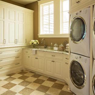 Ispirazione per una lavanderia classica con lavatrice e asciugatrice a colonna e pavimento multicolore