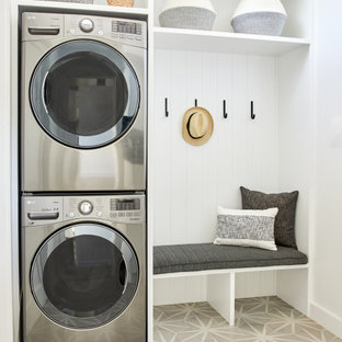 Esempio di una sala lavanderia di medie dimensioni con lavello da incasso, pareti bianche, pavimento in gres porcellanato, pavimento grigio e pannellatura