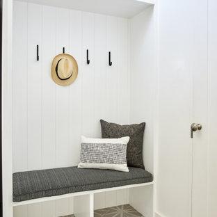 Idéer för en mellanstor tvättstuga enbart för tvätt, med en nedsänkt diskho, vita väggar, klinkergolv i porslin och grått golv