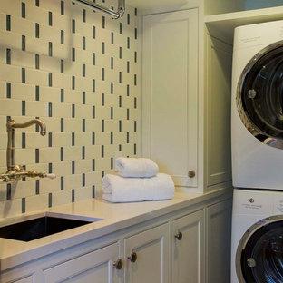 Exempel på en liten linjär tvättstuga enbart för tvätt, med skåp i shakerstil, en undermonterad diskho, vita skåp, bänkskiva i kvarts, vita väggar, kalkstensgolv och en tvättpelare