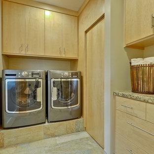 Idee per una grande lavanderia moderna con ante lisce, ante in legno chiaro, pavimento in ardesia, pavimento beige e pareti beige
