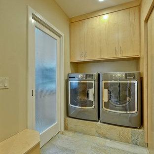 Idéer för stora retro tvättstugor, med släta luckor, skåp i ljust trä, skiffergolv, beiget golv och beige väggar