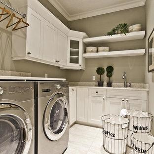 Источник вдохновения для домашнего уюта: прачечная в классическом стиле с серыми стенами