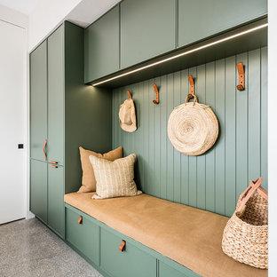 Idee per una lavanderia multiuso minimal di medie dimensioni con lavello da incasso, ante in stile shaker, ante verdi, top in marmo, pareti bianche, pavimento in cemento, lavatrice e asciugatrice affiancate, pavimento grigio e top bianco