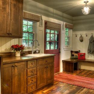 Idéer för att renovera en rustik tvättstuga, med en nedsänkt diskho, mellanmörkt trägolv och en tvättmaskin och torktumlare bredvid varandra