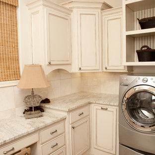 Idéer för stora vintage u-formade flerfärgat tvättstugor enbart för tvätt, med luckor med profilerade fronter, vita skåp, granitbänkskiva, vita väggar, vinylgolv, en tvättmaskin och torktumlare bredvid varandra och flerfärgat golv