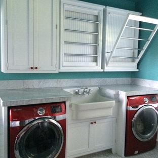 Idéer för mellanstora funkis parallella grovkök, med en rustik diskho, skåp i shakerstil, vita skåp, marmorbänkskiva, gröna väggar, marmorgolv och en tvättmaskin och torktumlare bredvid varandra