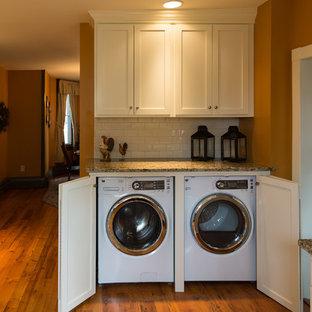 Idee per una lavanderia classica di medie dimensioni con lavello sottopiano, ante in stile shaker, ante bianche, top in granito, paraspruzzi bianco, paraspruzzi con piastrelle diamantate e parquet chiaro