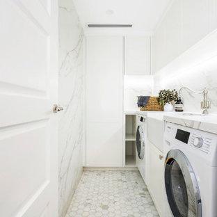 Bild på en mellanstor vintage flerfärgade l-formad flerfärgat tvättstuga enbart för tvätt och med garderob, med en rustik diskho, luckor med infälld panel, vita skåp, marmorbänkskiva, flerfärgad stänkskydd, stänkskydd i marmor, vita väggar, mellanmörkt trägolv och vitt golv