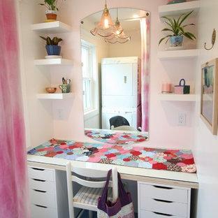 Idéer för mellanstora funkis parallella tvättstugor enbart för tvätt, med släta luckor, vita skåp, bänkskiva i glas, beige väggar, klinkergolv i keramik, en tvättpelare och blått golv