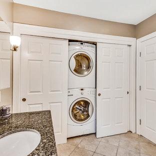 Bild på en mellanstor vintage linjär liten tvättstuga, med en undermonterad diskho, bruna väggar, klinkergolv i keramik, en tvättpelare och brunt golv
