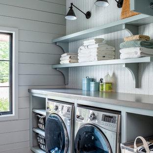 Esempio di una lavanderia country con nessun'anta, ante blu, pareti grigie, lavatrice e asciugatrice affiancate, pavimento grigio e top grigio