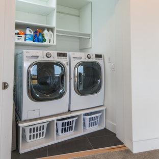 Idées déco pour une buanderie linéaire moderne de taille moyenne avec un placard, un placard sans porte, un mur blanc, un sol en carrelage de porcelaine et des machines côte à côte.