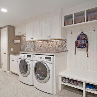 Idéer för ett stort klassiskt beige linjärt grovkök, med vita skåp, en tvättmaskin och torktumlare bredvid varandra, en undermonterad diskho, skåp i shakerstil, bänkskiva i koppar, klinkergolv i keramik, grått golv och grå väggar