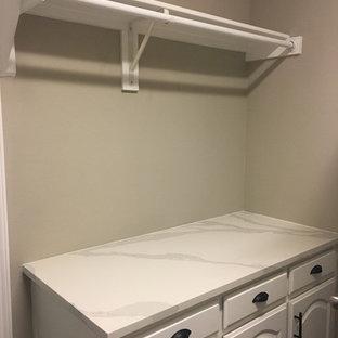 Ispirazione per una piccola sala lavanderia minimalista con lavello da incasso, ante a persiana, ante bianche, top in quarzo composito, pareti grigie, pavimento con piastrelle in ceramica, lavatrice e asciugatrice affiancate, pavimento marrone e top bianco