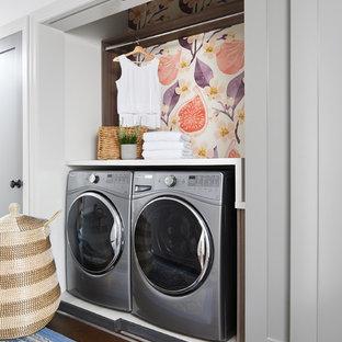 Esempio di un piccolo ripostiglio-lavanderia classico con ante in stile shaker, top in superficie solida, lavatrice e asciugatrice affiancate, ante grigie, pareti bianche, parquet scuro, pavimento marrone e top bianco
