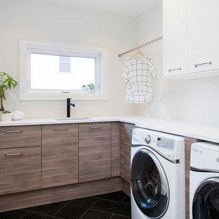 Immagine di una piccola sala lavanderia classica con lavello sottopiano, ante lisce, top in quarzite, pareti bianche, pavimento con piastrelle in ceramica, lavatrice e asciugatrice affiancate e ante in legno bruno