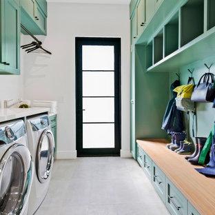 Неиссякаемый источник вдохновения для домашнего уюта: прямая универсальная комната среднего размера в стиле кантри с фасадами в стиле шейкер, зелеными фасадами, серыми стенами, бетонным полом, со стиральной и сушильной машиной рядом и серым полом