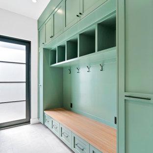 Bild på ett mellanstort lantligt linjärt grovkök, med skåp i shakerstil, gröna skåp, grå väggar, betonggolv, en tvättmaskin och torktumlare bredvid varandra och grått golv
