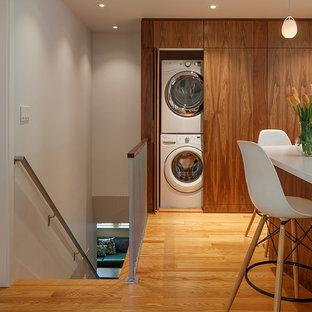 Modelo de armario lavadero vintage con armarios con paneles lisos y lavadora y secadora escondidas
