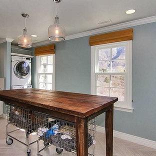 Bild på en mycket stor vintage linjär tvättstuga enbart för tvätt, med en undermonterad diskho, skåp i shakerstil, vita skåp, granitbänkskiva, blå väggar, en tvättpelare och ljust trägolv
