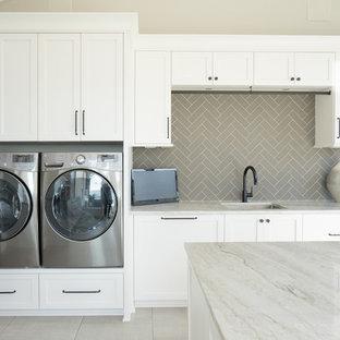 Idee per una lavanderia multiuso chic con lavello sottopiano, ante in stile shaker, ante bianche, top in marmo, pareti beige, pavimento con piastrelle in ceramica, lavatrice e asciugatrice affiancate, pavimento grigio e top verde