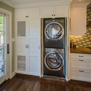 Foto på ett funkis u-format grovkök, med en undermonterad diskho, skåp i shakerstil, vita skåp, bänkskiva i kvarts, mellanmörkt trägolv, en tvättpelare och gröna väggar