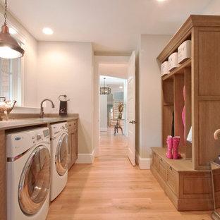 Foto di una lavanderia chic con pareti beige e top beige