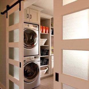 デトロイトのトラディショナルスタイルのランドリールームの画像 (上下配置の洗濯機・乾燥機)