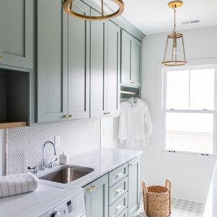 Foto di una sala lavanderia stile americano di medie dimensioni con ante in stile shaker, ante verdi, top in marmo, pareti bianche, pavimento in cemento, lavatrice e asciugatrice affiancate e lavello sottopiano