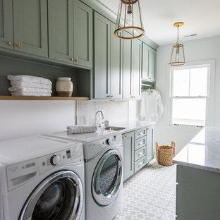 Immagine di una sala lavanderia stile americano di medie dimensioni con ante in stile shaker, ante verdi, top in marmo, pareti bianche, lavatrice e asciugatrice affiancate, pavimento in cemento e lavello sottopiano