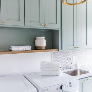 Idee per una sala lavanderia american style di medie dimensioni con ante in stile shaker, ante verdi, pareti bianche, pavimento in cemento, lavatrice e asciugatrice affiancate, lavello sottopiano e top in marmo