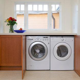 Idee per una lavanderia stile americano con lavello sottopiano, ante in stile shaker, ante in legno scuro e top in quarzo composito