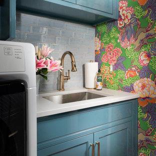 Idéer för mellanstora vintage parallella vitt grovkök, med en undermonterad diskho, blå skåp, bänkskiva i kvarts, blått stänkskydd, stänkskydd i tunnelbanekakel, blå väggar, mörkt trägolv och en tvättmaskin och torktumlare bredvid varandra