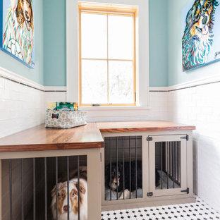 Immagine di una grande sala lavanderia country con lavello sottopiano, ante in stile shaker, ante nere, top in granito, pareti blu, pavimento con piastrelle in ceramica, lavatrice e asciugatrice affiancate, pavimento multicolore e top nero