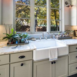 Ispirazione per una sala lavanderia country di medie dimensioni con lavello stile country, ante in stile shaker, ante bianche, top in marmo, pareti bianche, pavimento in ardesia e lavatrice e asciugatrice affiancate